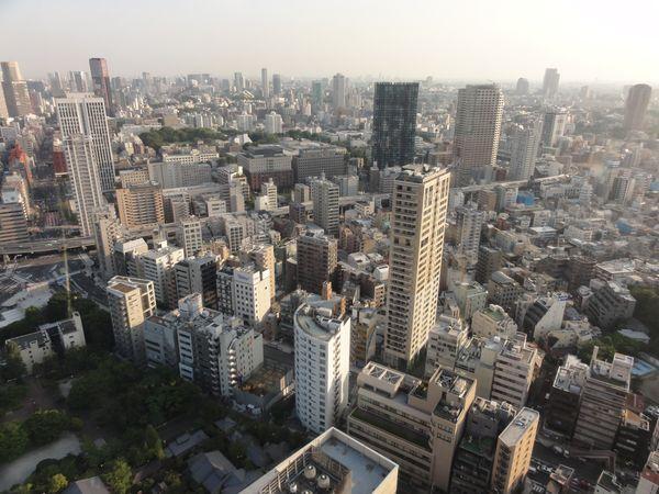 Vue d'un gratte-ciel, à Tokyo